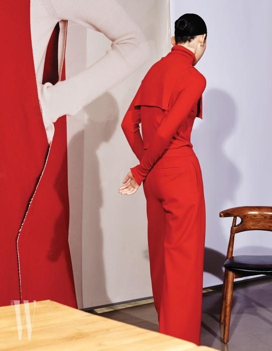 빨간색 톱, 터틀넥 장식, 간결한 빨간색 팬츠는 모두 Demoo 제품.