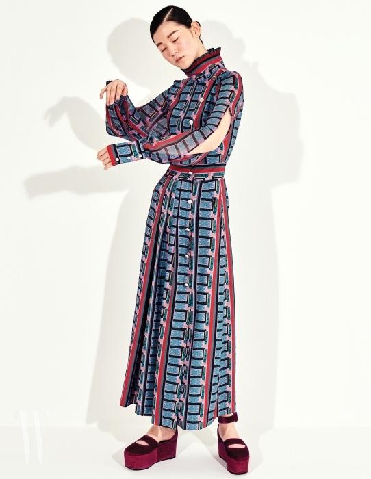 진주 단추가 달린 그래픽적인 드레스는 Kwak Hyun Joo 제품.