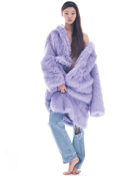 연보라색 페이크 퍼 재킷, 디스트로이드 데님 팬츠는 Kimmy J 제품.