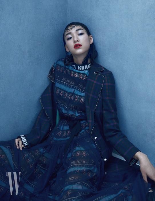김설희가 착용한 화려한 프린트 드레스와 코트는 Kwak Hyun Joo Collection 제품.