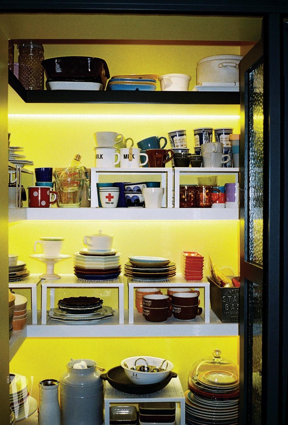 빈티지 숍을 방불케 하는 2층 공간. 본래 쓰던 주방 식재료가 적혀 있는 빈티지 찬장 속에는 수년 동안 모아온 아기자기한 컵과 스푼, 포르나세티 커피잔 등이 있다.