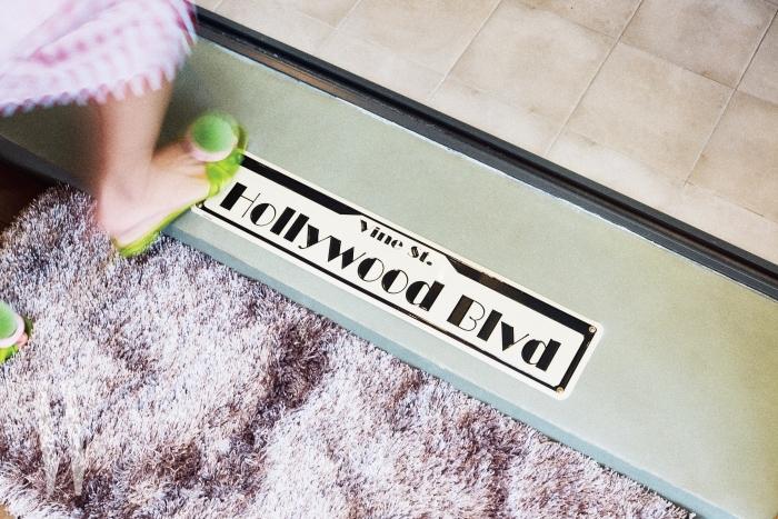 빈티지 상점에서 구입한 레트로 무드의 할리우드 표지판을 다이닝룸 입구 바닥에 장식했다.