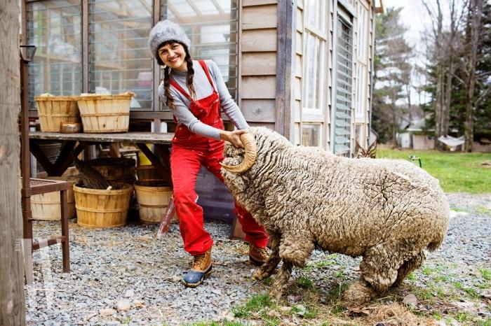 [보도스틸 2]Ambika Conroy at her Farm, Woodridge, NY, 2013, Courtesy of The Selby