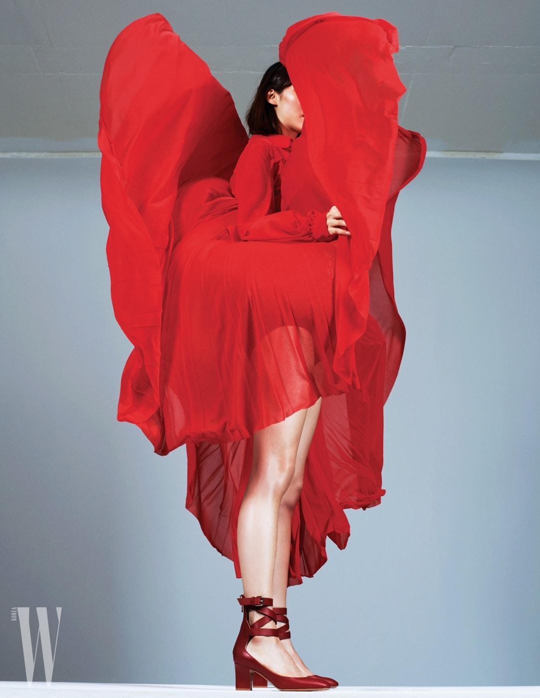 빨강 시폰 드레스와 앵클 스트랩 슈즈는 발렌티노 가라바니 제품. 가격 미정.