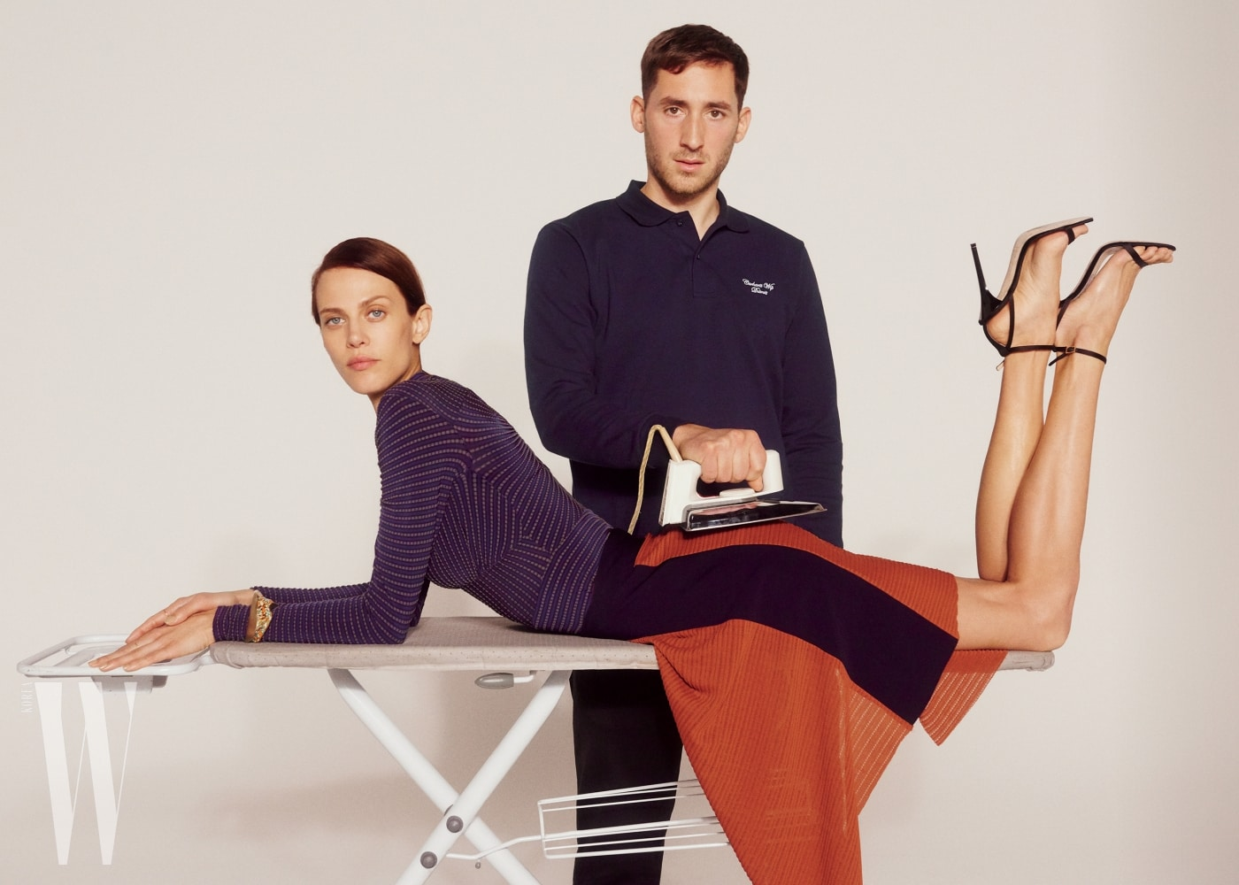 아이멜린 발라드가 입은 줄무늬 톱과 스커트, 유연한 커팅이 돋보이는 슬리브리스 톱과 슬릿 스커트는 모두 아틀랭 제품. 슈즈는 지미 추 제품.