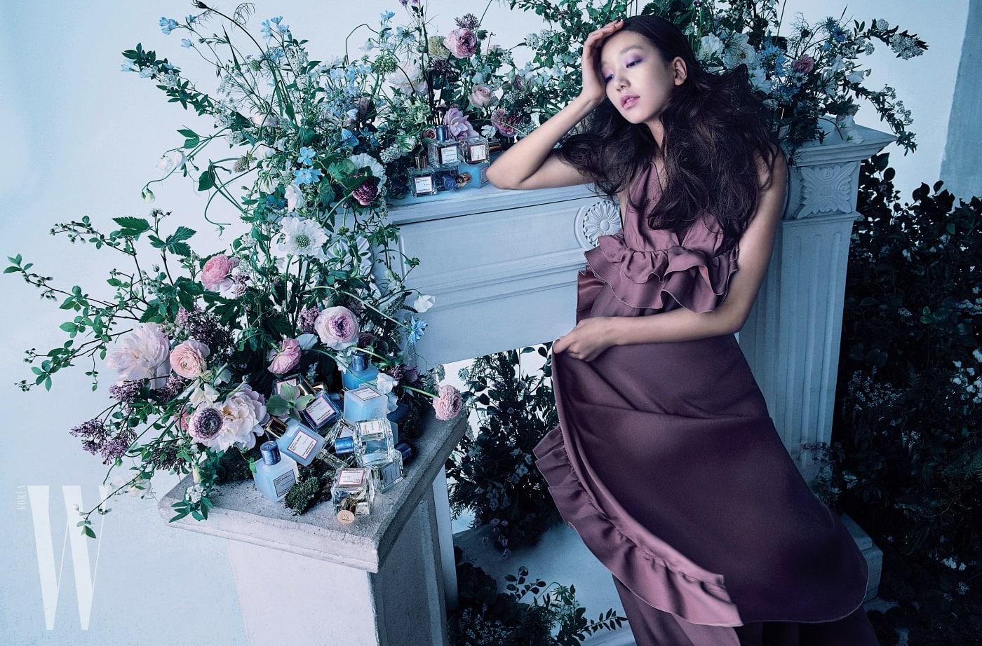 슬리브리스 형태의 드레스는 로샤스 by 마이 분 제품.