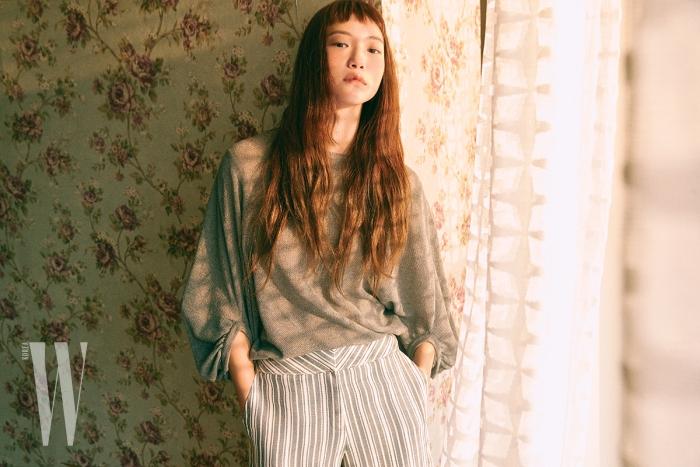 회색 벌룬 슬리브 니트와 통 넓은 줄무늬 팬츠는 Lanvin Collection 제품.