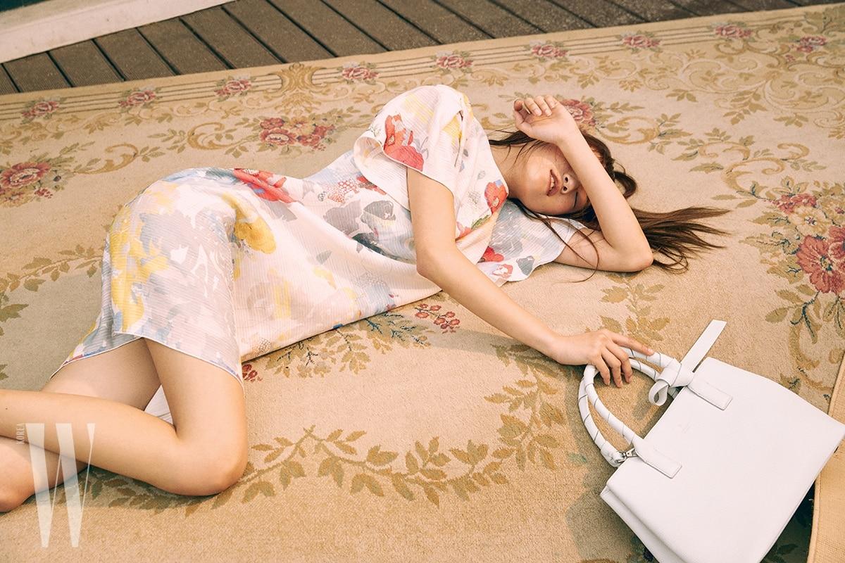 은은한 꽃무늬 원피스는 Lanvin Collection, 리본 장식 손잡이가 특징인 룰리 미디엄 토트백은 Lanvin Collection Accessory 제품.