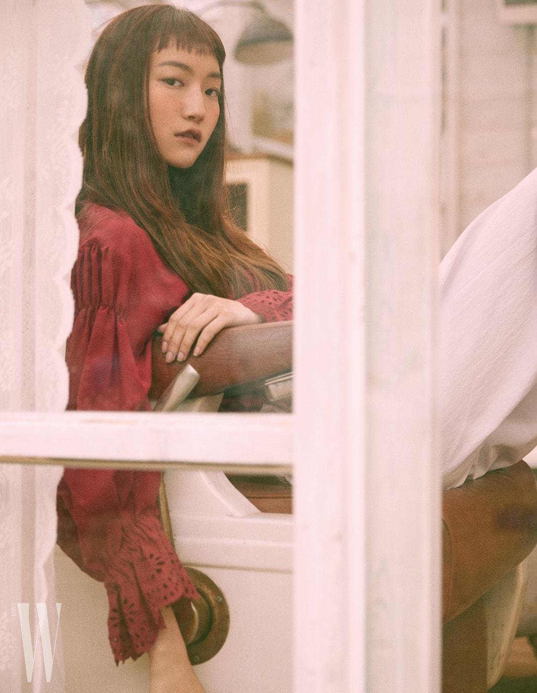 빅토리언풍 붉은색 블라우스와 코튼 소재의 팬츠는 Lanvin Collection 제품.