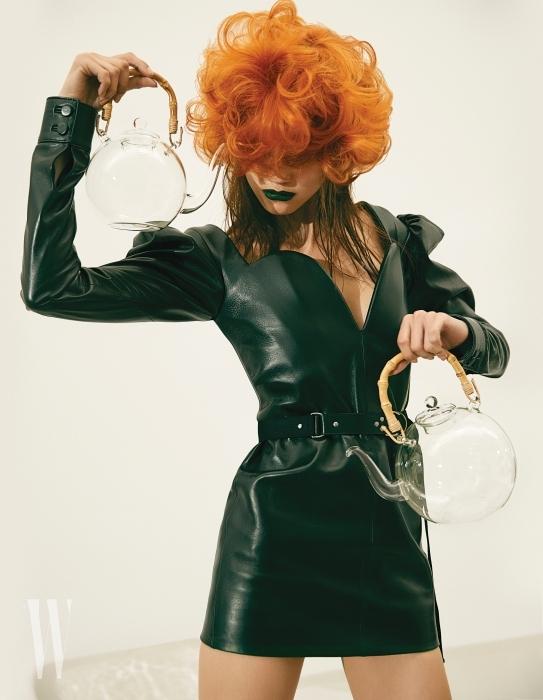 하트 가슴 라인이 특징인 가죽 드레스, 벨트는 Saint Laurent by Anthony Vaccarello 제품. 나무 손잡이에 투명 유리로 만들어진 주전자 세트는 Orer 소장품