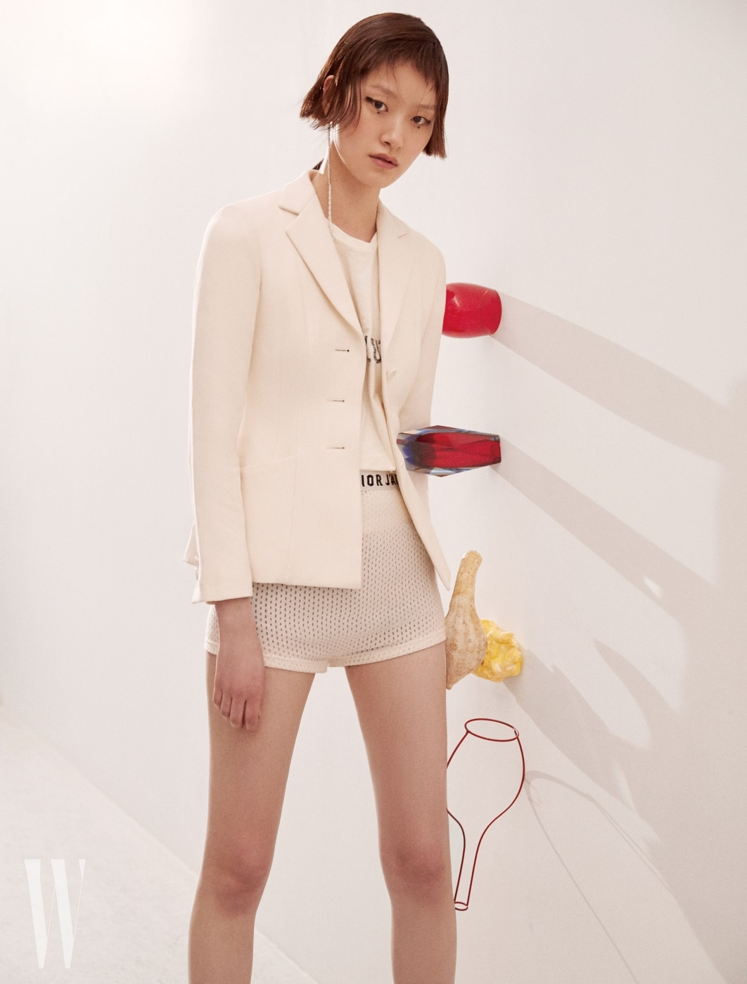 재킷, 티셔츠, 브리프는 모두 Dior, 귀고리는 Numbering 제품. 위부터ㅣ빨간색 리오 워터/와인 텀블러는 LSA by WxDxH, 레드, 블루 그러데이션이 각도마다 달라지는 빈티지 화병과 과일 오브제는 Verythings 소장품, Antonino Sciortino와 Serax가 협업한 철제 화병은 Veryghings에서 판매.