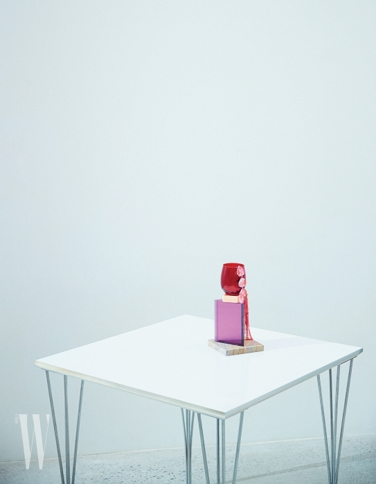 위부터ㅣ꽃무늬 장식 이어링, 태슬 이어링은 Lucky Chouette 제품. 와인빛의 영롱함이 돋보이는 빨간색 컵은 LSA by WxDxH, 보랏빛의 아스텔 재질 삼각 큐비즘 화분은 Verythings 제품.