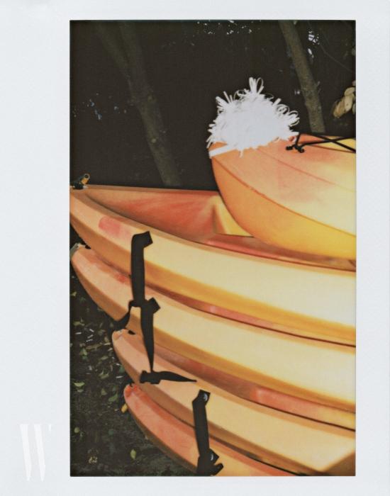 카약 위에 얹은 고무줄 모자는 미우미우 제품. 가격 미정.