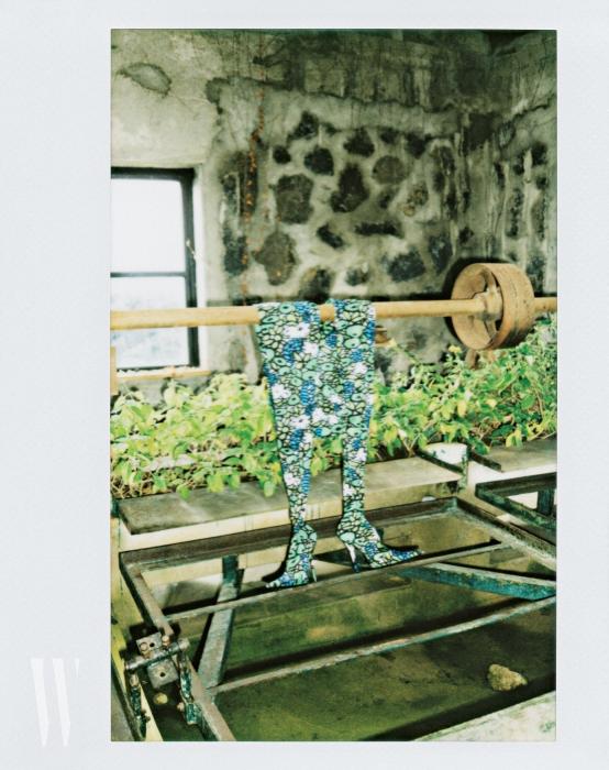 철제 도르래에 걸친 꽃무늬 판타 슈즈는 발렌시아가 제품. 가격 미정.