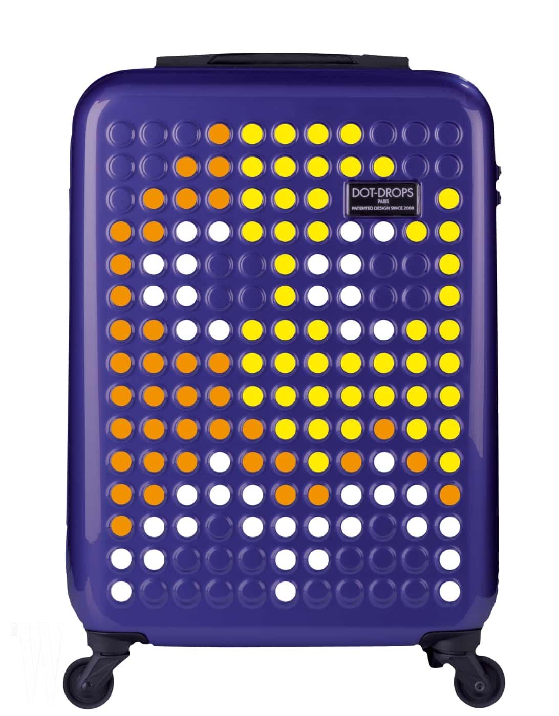 1 다양한 색상의 스티커를 활용해 자신만의 캐리어로 커스터마이징할 수 있는 가방은 닷드랍 by 라움보야지 제품. 25인치, 34만9천원.