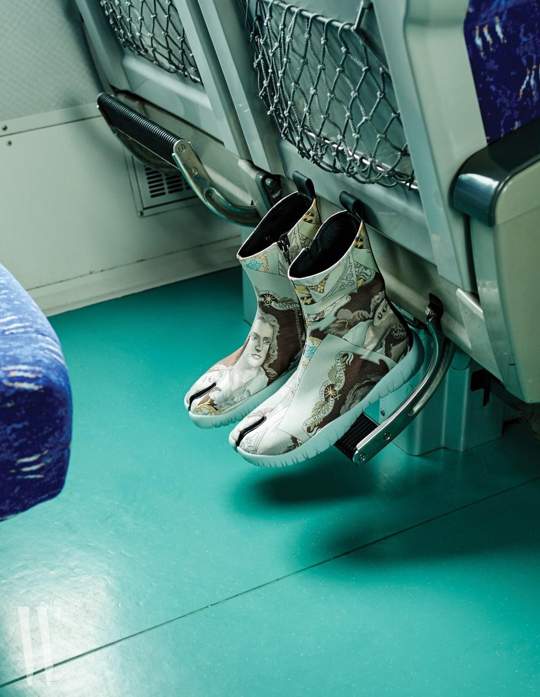 5. 팝아트적인 자수가 놓인 타비 스니커즈는 메종 마르지엘라 제품. 1백27만원.