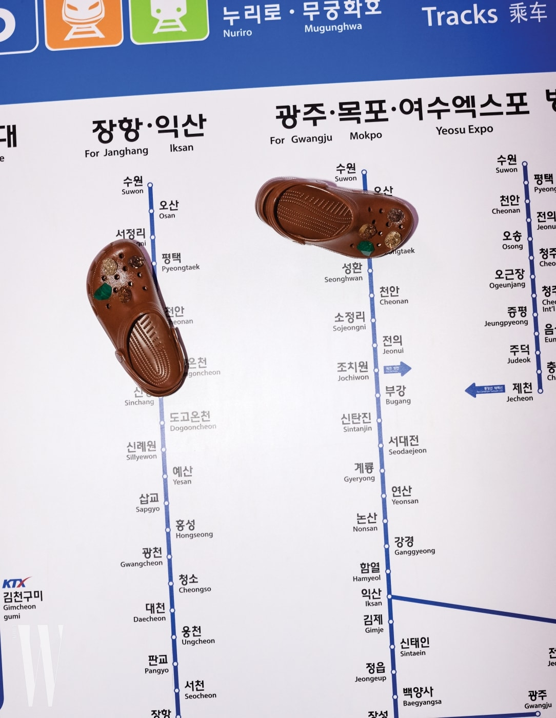11. 크리스토퍼 케인이 디자인한 스톤 장식 크록스는 크리스토퍼 케인 X 크록스 제품. 45만원.