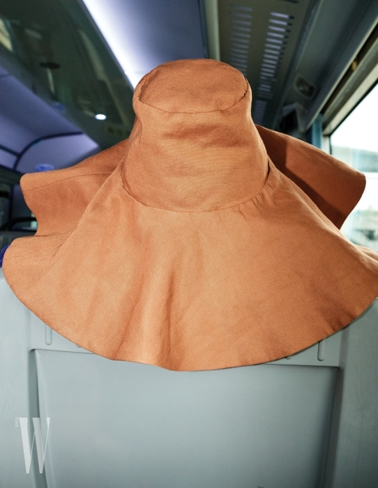 9. 크라운이 높고, 넓은 챙이 인상적인 모자는 로우 클래식 제품. 9만9천원.