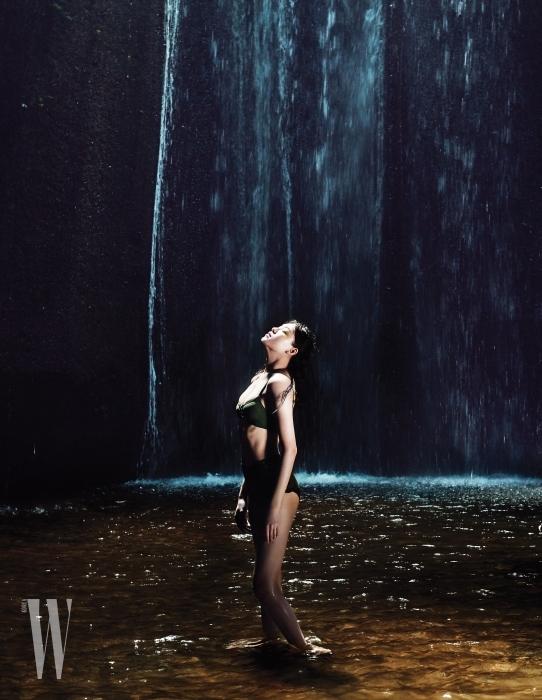 카키색 비키니 수영복은 H&M 제품.