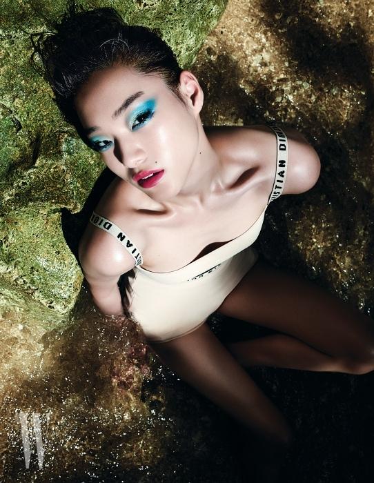 누드 톤의 브라톱과 쇼츠는 Dior 제품.