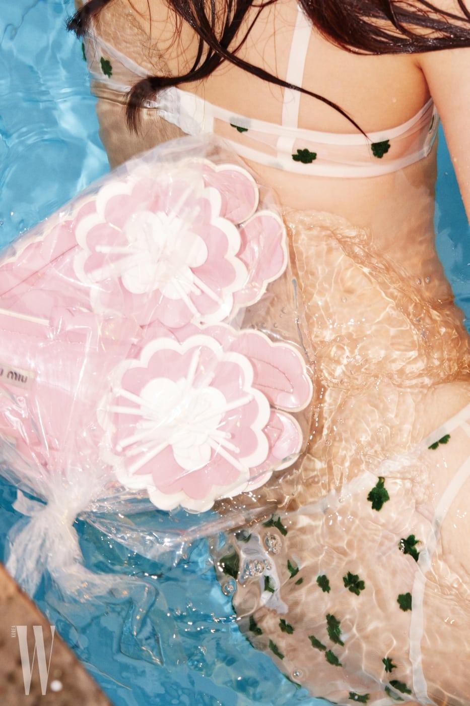 클로버 자수 장식 언더웨어는 앤아더스토리즈 제품. 가격 미정. 꽃 장식 슬리퍼는 미우미우 제품. 1백20만원.