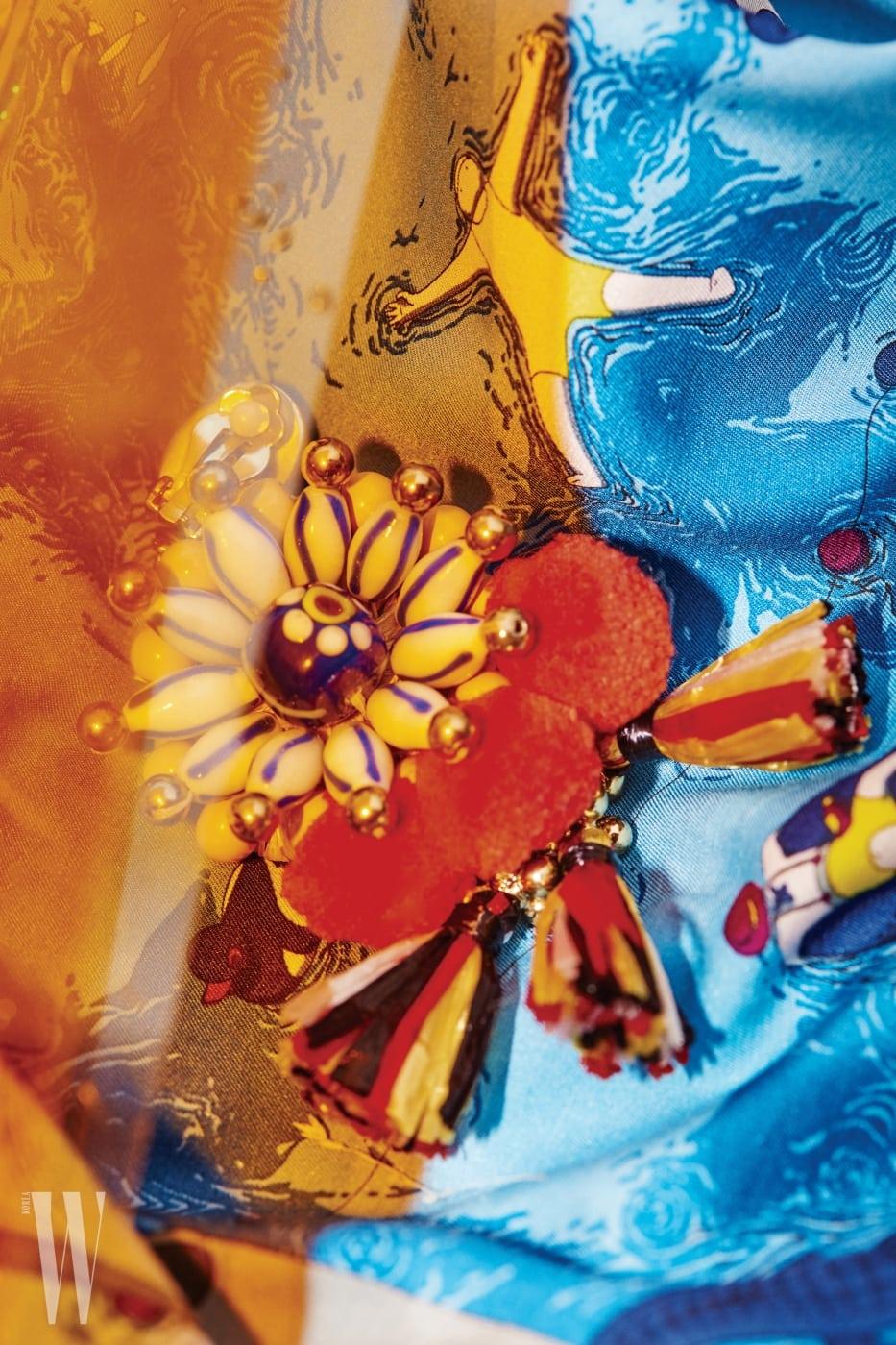 에스닉한 무드의 술 장식 귀고리는 빔바이롤라 제품. 15만8천원. 수영장의 다양한 모습을 담은 실크 스카프는 에르메스 제품. 가격 미정.
