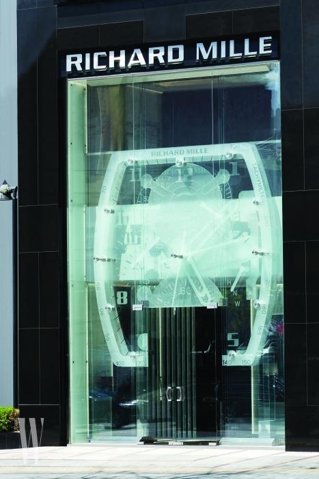 브랜드의 아이콘인 스플릿 세컨즈 크로노그래프 RM008을 형상화한 대형 유리 조형물이 시선을 끈다.