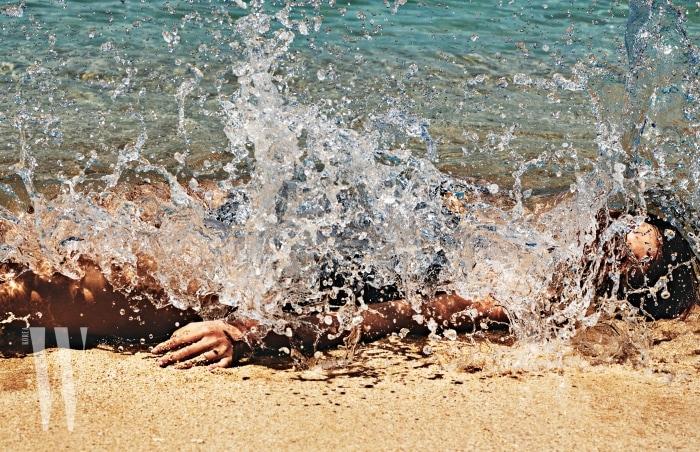 야자수 프린트 수영복은 Daze Dayz 제품.
