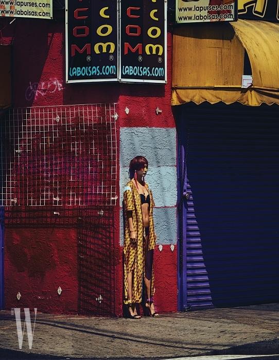 프린트 드레스, 귀고리는 Lucky Chouette, 블랙 비키니는 La Perla, 샌들은 Emilio Pucci 제품.