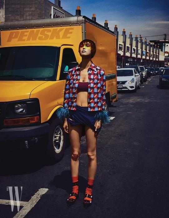 깃털 소매 장식 프린트 셔츠는 Prada, 수영복은 Recto, 양말은 Givenchy by Riccardo Tisci, 신발은 Lucky Chouette, 목걸이는 Numbering 제품.