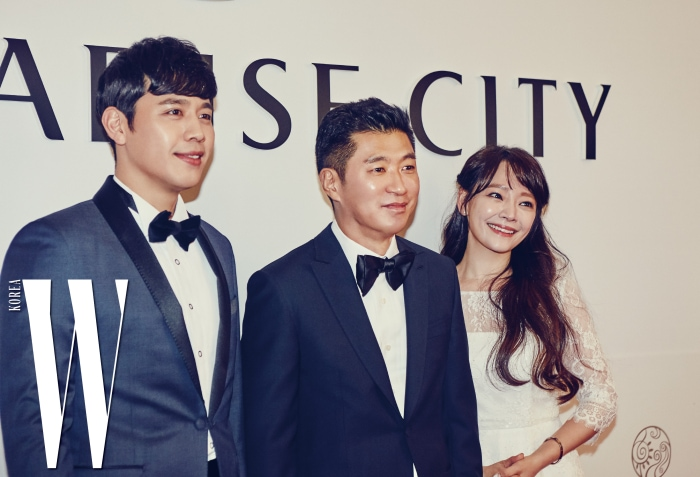 전필립 회장을 가운데 두고 포즈를 취한 뮤지컬 배우 손준호와 김소현 부부.