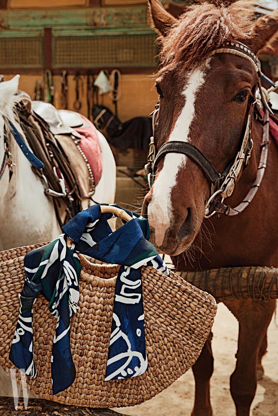 스카프를 핸들에 장식한 바구니 백은 누보 10 제품. 13만8천원.