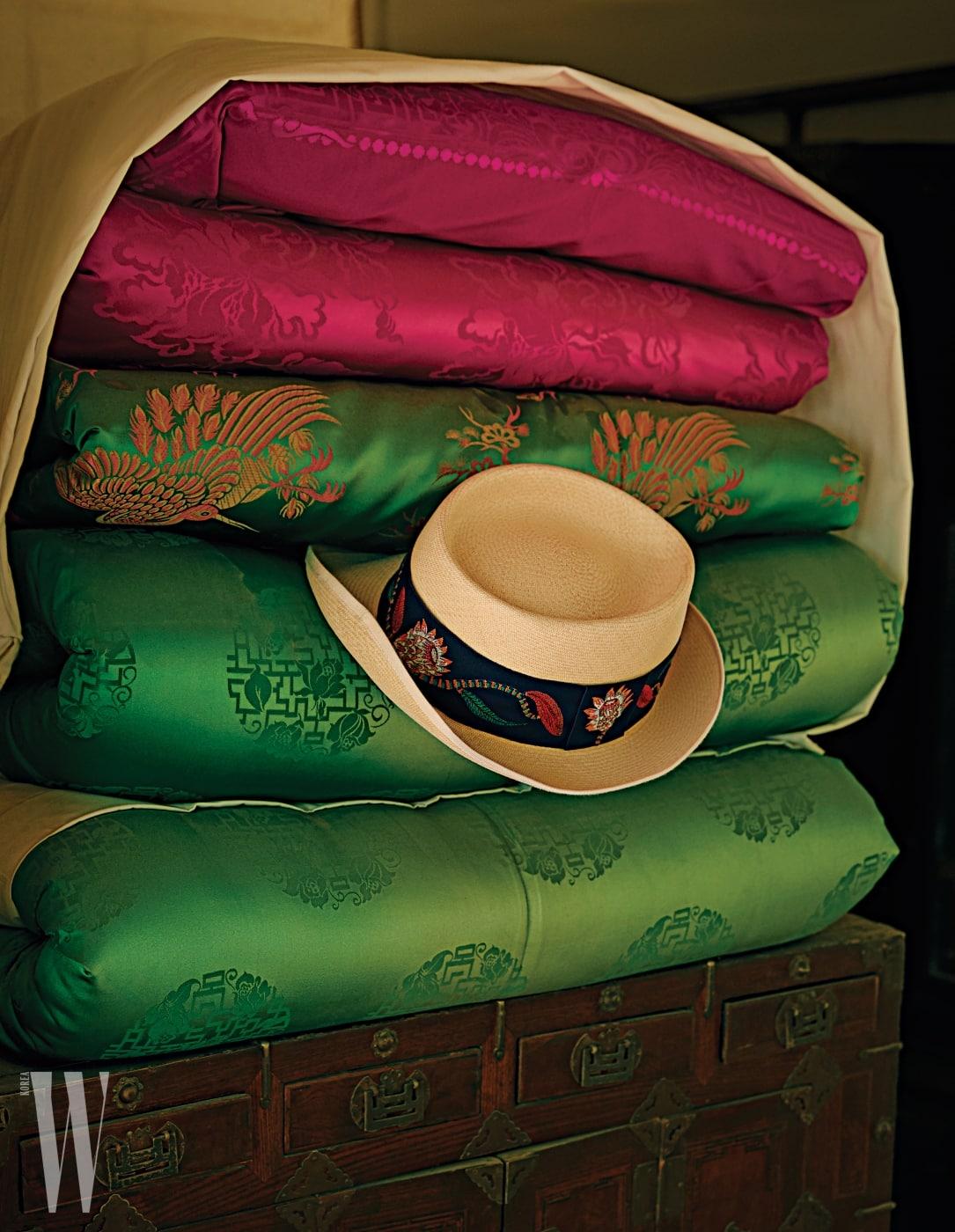 실크 장식이 멋진 스트로 모자는 에르메스 제품. 가격 미정.