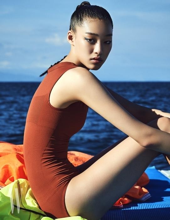 차분한 주황색의 원피스 수영복은 Uniqlo U 제품.
