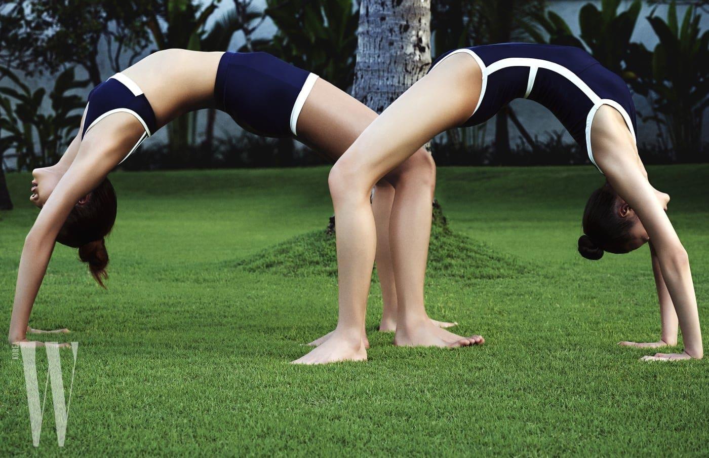 최아라가 입은 스포티한 브라톱과 쇼츠, 김설희가 입은 같은 컨셉의 원피스 수영복은 모두 Lebeige 제품.