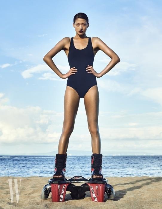 간결함이 돋보이는 검정 원피스 수영복은 Adidas Swim Women 제품.