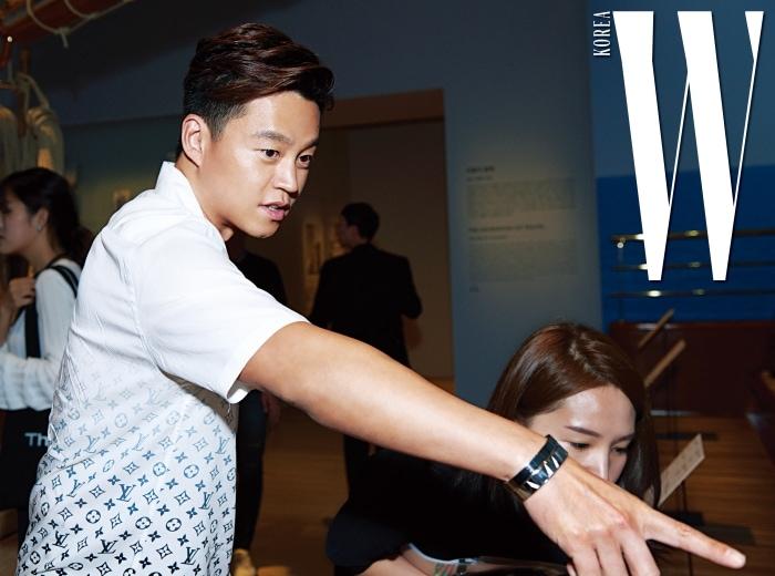 모노그램 셔츠가 깨끗한 느낌을 주는 배우 이서진.
