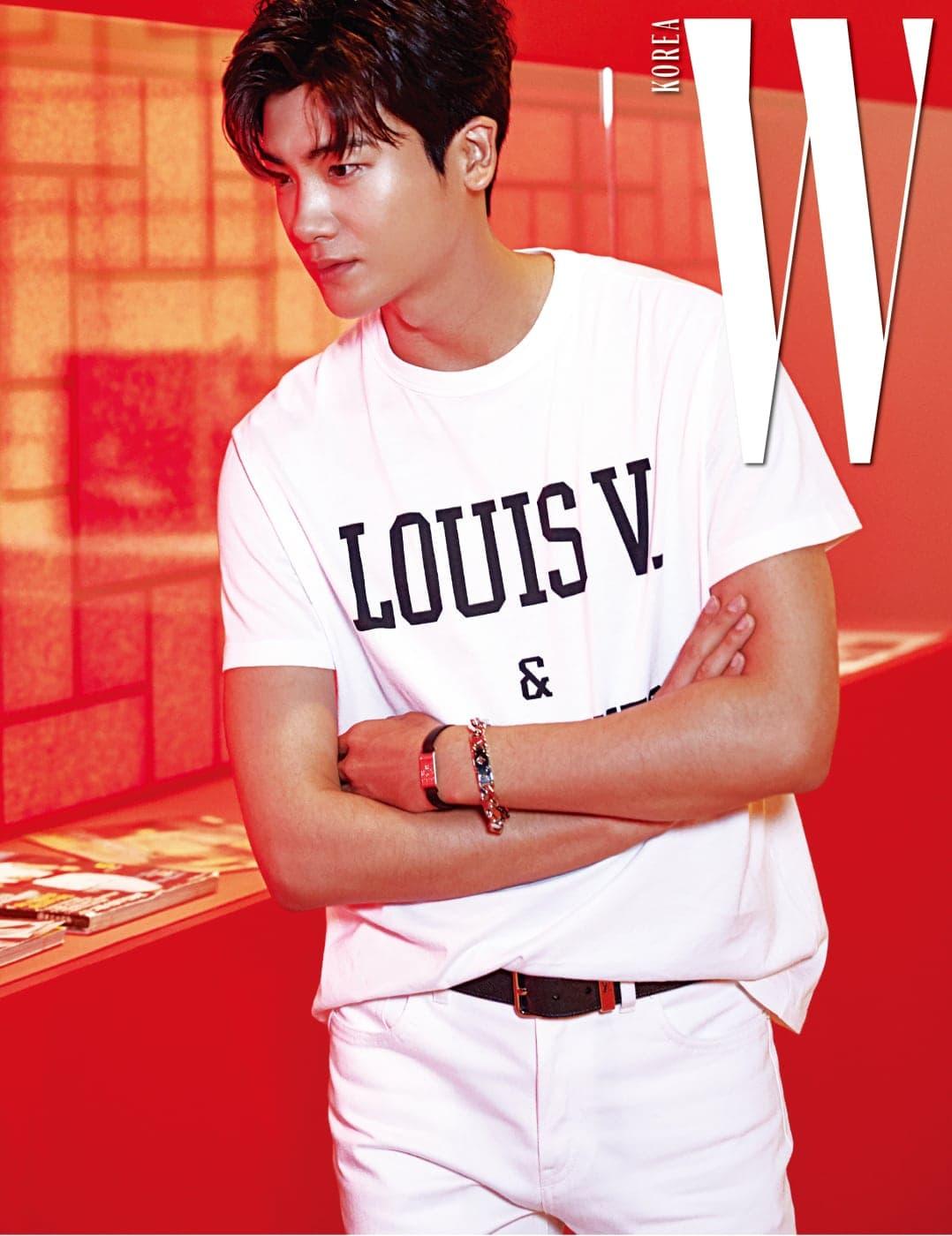 배우 박형식이 붉은색 공간이 인상적인 한국관을 둘러보고 있다.