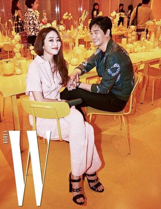 행복하게 웃음짓는 배우 김효진, 유지태 커플. 아티스틱한 터치가 곳곳에 담긴 파티 공간에서 여유로운 시간을 보냈다.