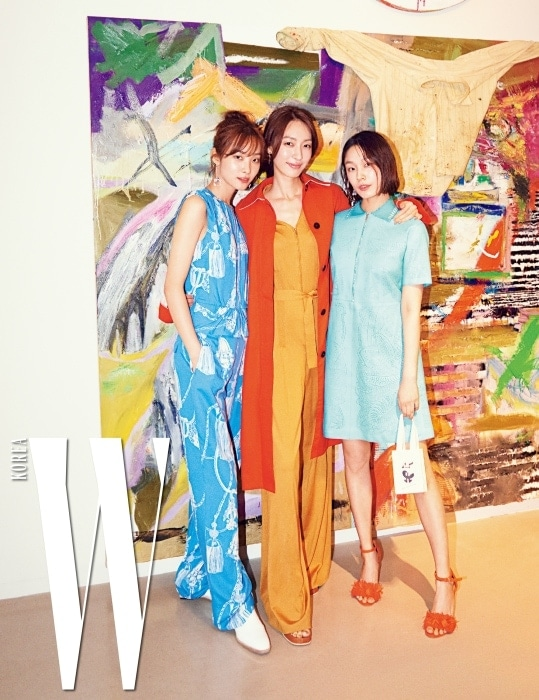 지하 아뜰리에 에르메스에 전시된 백경호 작가의 작품 앞에서 포즈를 취한 모델 곽지영, 지현정, 고소현.