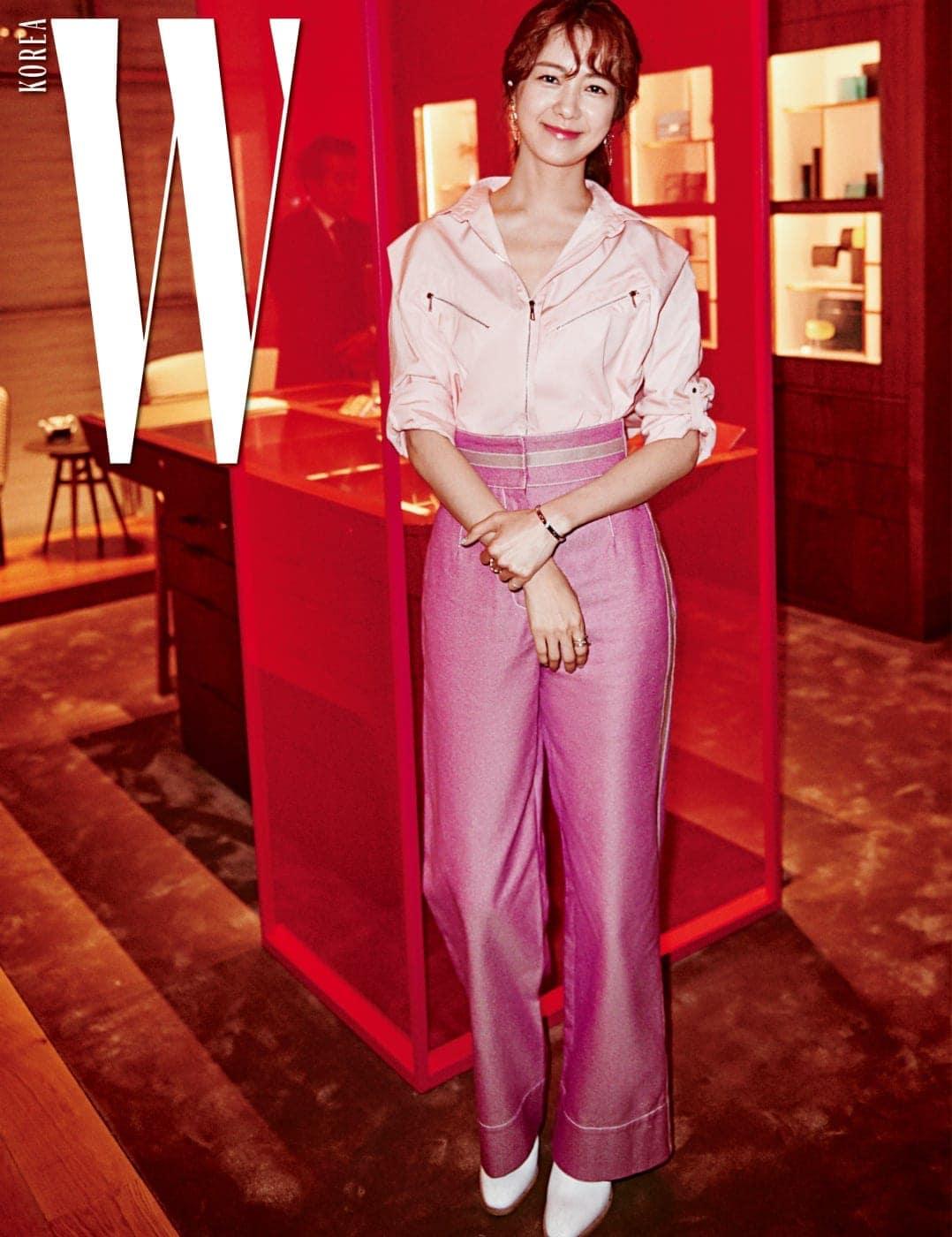 여성 컬렉션과 가죽 제품, VIP 라운지가 자리한 2층. 파티를 위해 설치된 분홍 스크린과 이요원의 분홍 의상이 잘 어울린다.