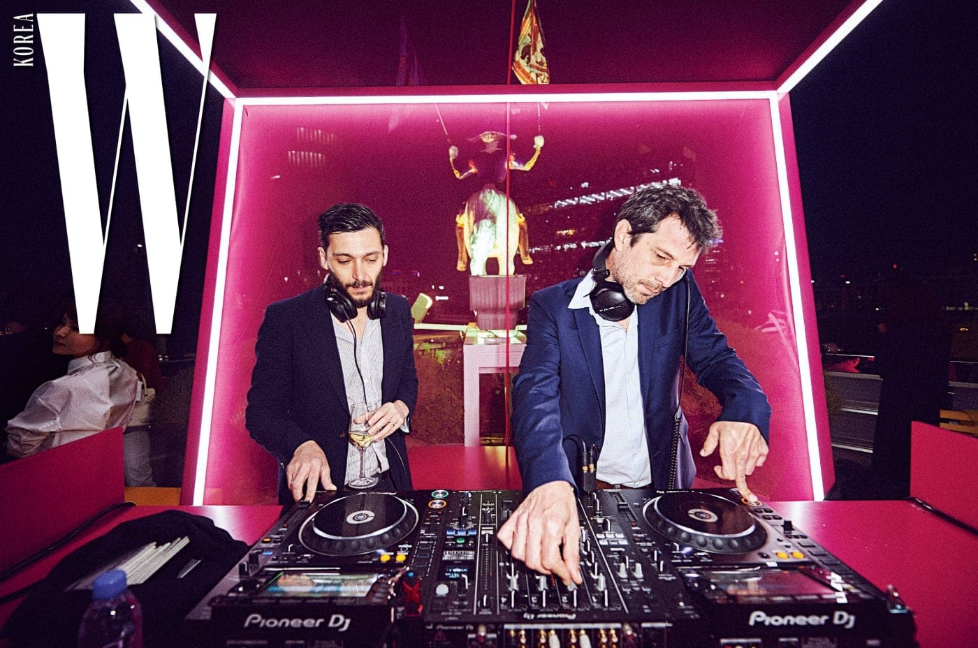 파리의 DJ 듀오 Get aRoom!의 음악은 파티의 종착지였던 메종 에르메스 도산 파크 옥상을 가득 채웠다.