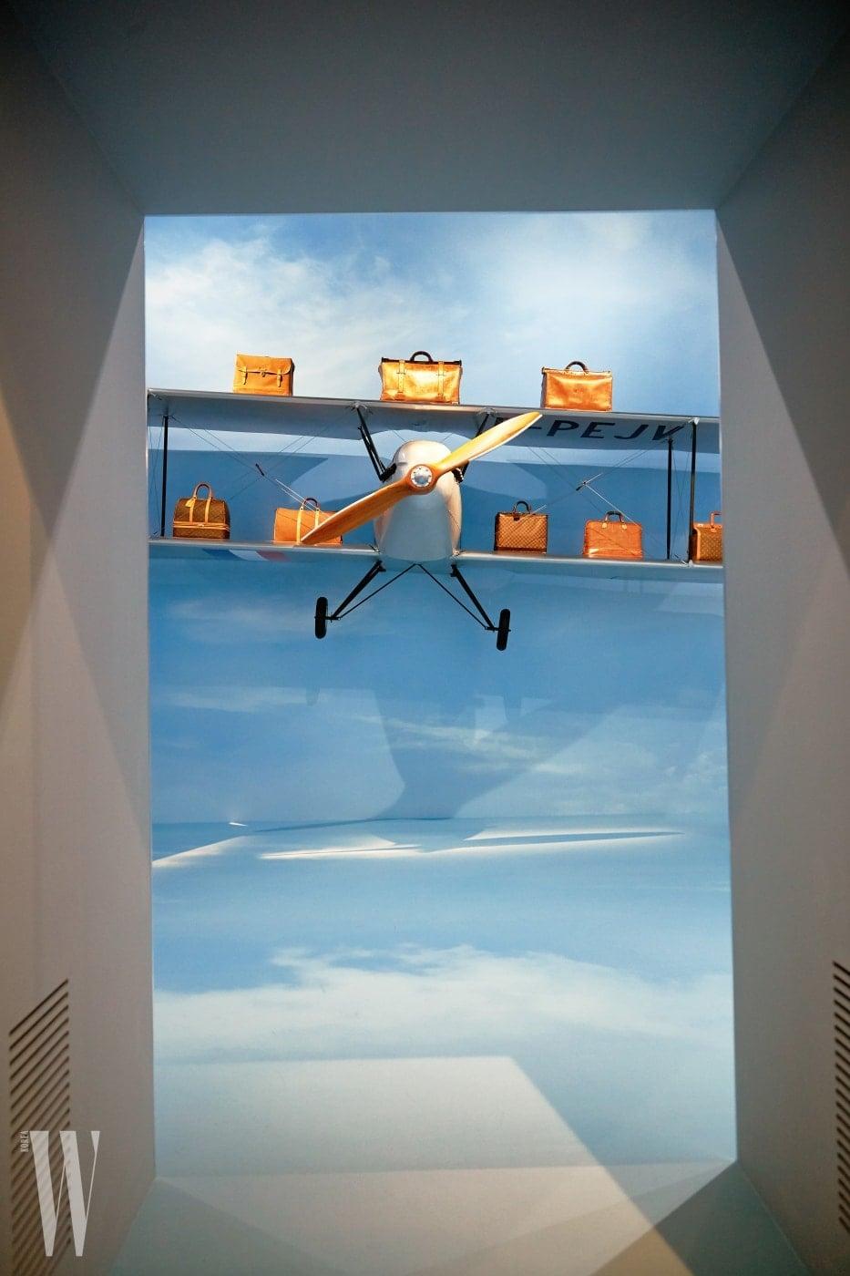 '머나먼 곳으로의 탐험'관 중 요트와 자동차를 지나 보이는 항공관.