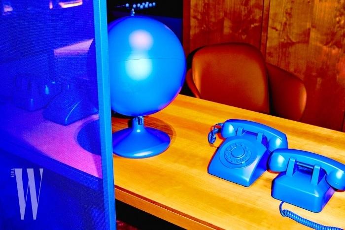 파리의 르나 뒤마 건축 사무소(RDAI)의 아티스틱 디렉터인 드니 몽텔(Denis Montel)의 기획하에 진행된 메종의 공간. 파란색 스크린과 파랗게 칠한 오브제들이 은은한 공간 속에서 돋보였다.