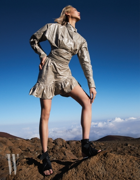 은은한 빛을 발하는 은빛 톱과 러플 장식 스커트, 검정 플랫 샌들은 모두 Isabel Marant 제품.
