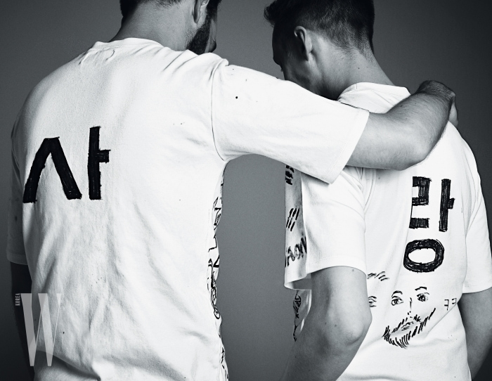 팬들의 메시지로 뒤덮인 하얀 티셔츠는 노앙 제품.