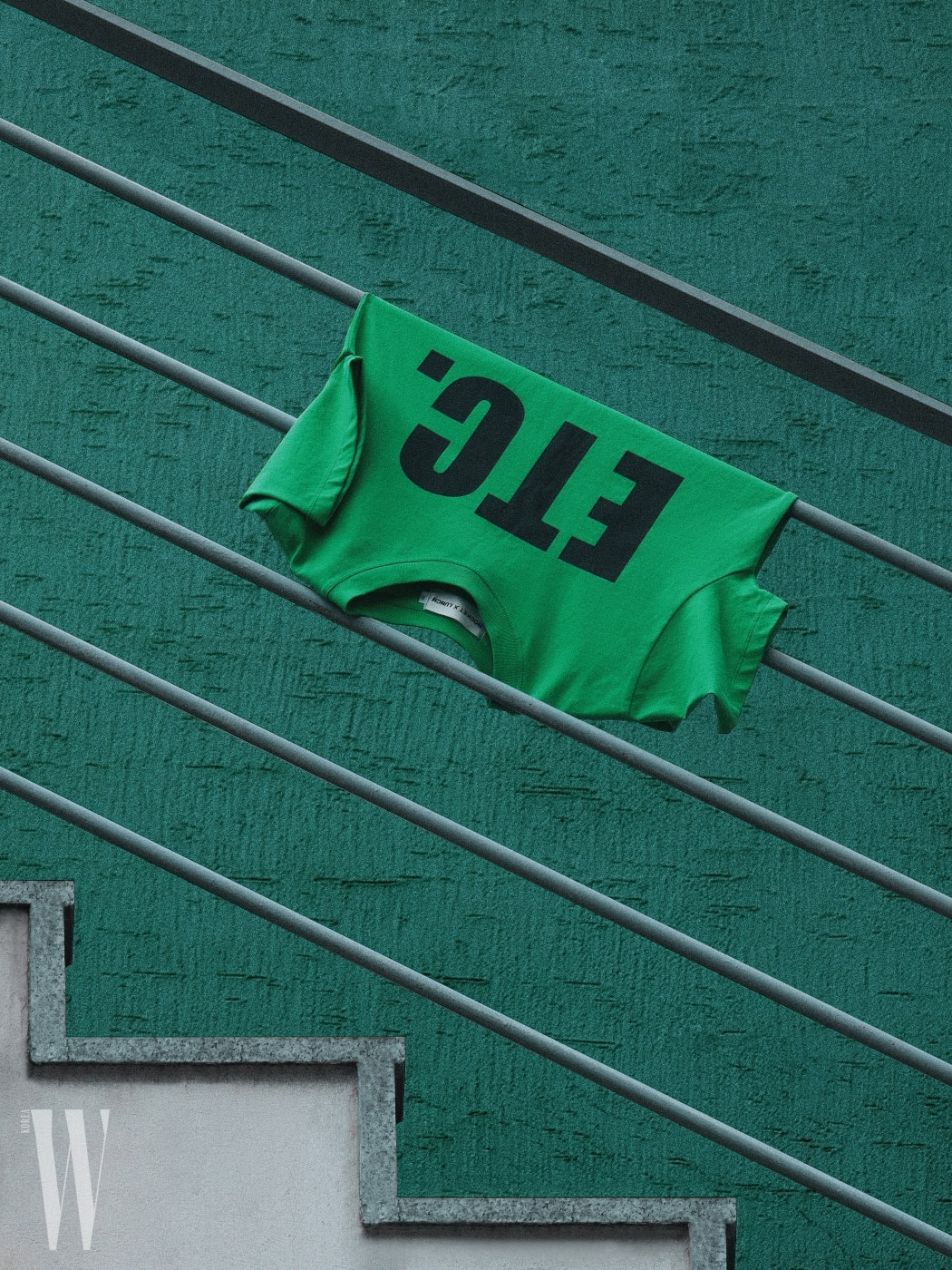 5 두꺼운 레터링이 묵직하게 얹어진 초록색 티셔츠는 로켓X런치 제품. 3만9천원.