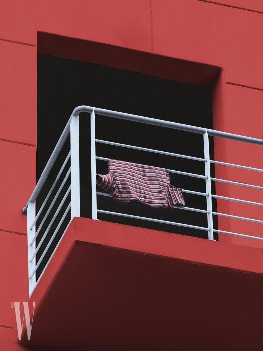 1 톤다운된 얇은 스트라이프가 특징인 티셔츠는 미스치프 제품. 3만8천원.