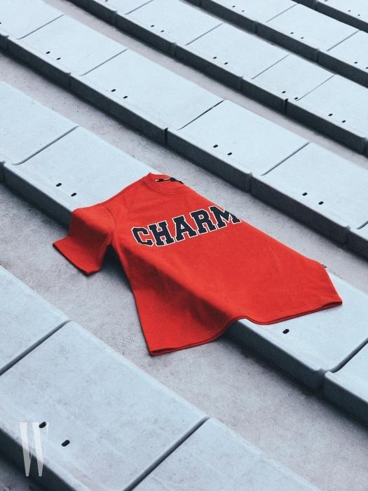 6 큼직한 로고를 얹은 오렌지색 박스 티셔츠는 참스 제품. 3만9천원.