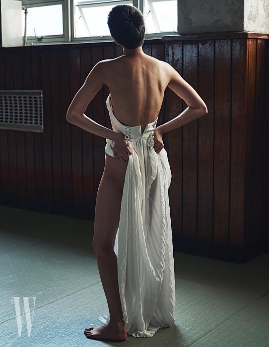 파임이 깊은 흰색 오프숄더 드레스는 YCH 제품.